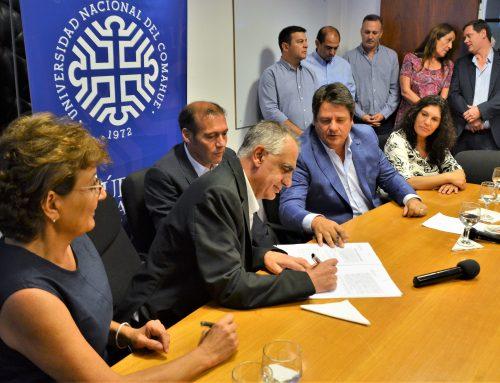 Se firmó el convenio marco de colaboración entre el Municipio de la ciudad de #Neuquén y la Universidad Nacional del Comahue. El acta acuerdo fue refrendada por el rector de la #UNComa, Gustavo Crisafulli junto al intendente Mariano Gaido.