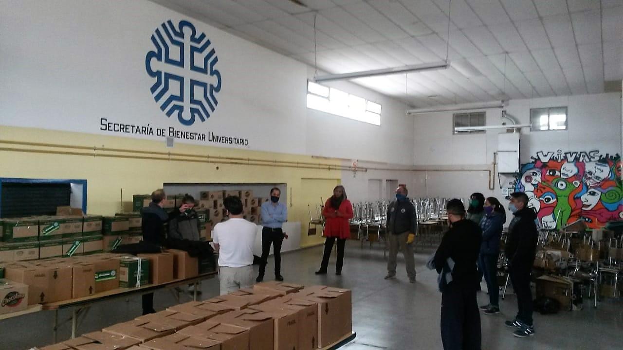 La Universidad Nacional del Comahue, la Funyder y el Banco de Alimentos gestionaron módulos alimentarios para los estudiantes de la UNComa.